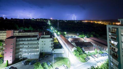 Pécs, 2016. május 30.Villámlás Pécs kertváros városrésze felett 2016. május 29-én. Az országon nyugatról keleti irányba végigvonuló viharzóna miatt nem emelkedett jelentősen a tűzoltói riasztások száma, de a fővárosban és kilenc megyében a további heves zivatar és a felhőszakadás veszélye miatt elsőfokú figyelmeztetés van érvényben.MTI Fotó: Sóki Tamás