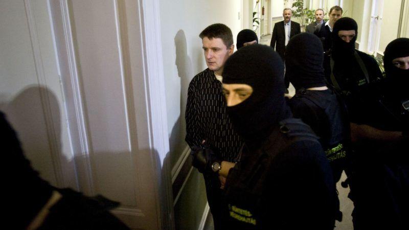 Székesfehérvár, 2008. december 18. Weiszdorn Róbert vádlott kommandósok gyûrûjében érkezik a Fejér Megyei Bíróságra, ahol várhatóan ítélethirdetéssel folytatódik a nyolc halálos áldozatot követelõ móri bankrablás tárgyalása. MTI Fotó: Szigetváry Zsolt
