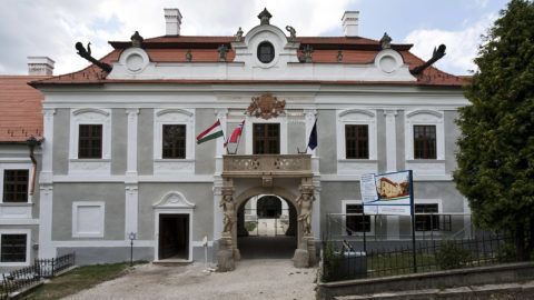 Sümeg, 2011. június 29.A sümegi Püspöki Palota főhomlokzata. Az Európai Unió támogatásával, a 2009 szeptemberében elkezdett egyedülálló várfejlesztés során megújulnak a tornyok, a várkápolna, a teljes tetőszerkezet, megerősítették a bástyákat, és a vár tövében található Püspöki Palota is. A fejlesztés során létrejön egy többfunkciós közösségi, turisztikai életszíntér, ahol interaktív szolgáltatások segítségével az ide látogató turisták és a helyben lakók szórakozva ismerkedhetnek meg a múlt és a jelen értékeivel. MTI Fotó: Szigetváry Zsolt