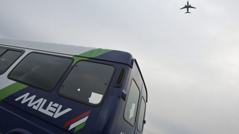 Budapest, 2012. január 20.A Malév Boeing 737-700 típusú repülőgépe száll fel a légitársaság kisbusza felett a Budapest Liszt Ferenc Nemzetközi Repülőtéren.MTI Fotó: Szigetváry Zsolt