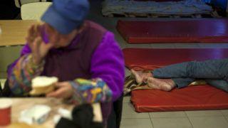 Budapest, 2012. február 3.Hajléktalan férfi alszik a Magyar Máltai Szeretetszolgálat éjjeli melegedőjében, amelyet a Volánbusz Etele téri buszpályaudvarán alakítottak ki. A betérők este 8 órától reggel 8 óráig vehetik igénybe a szolgáltatást, ami fűtött szállást, tisztálkodási lehetőséget, meleg teát és élelmet jelent. A kormány arra kér minden szervezetet, intézményt és egyházat, hogy lehetőség szerint nyissák meg az összes olyan helyiséget, ahol a hajléktalanok fűtött helyen vészelhetik át a rendkívüli hideget.MTI Fotó: Szigetváry Zsolt