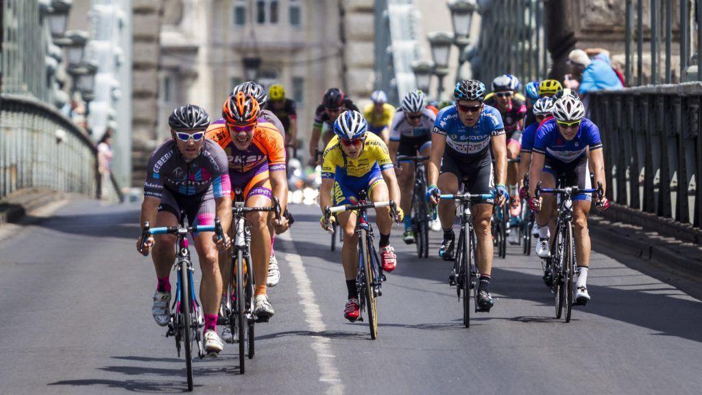 Budapest, 2016. július 3. A Tour de Hongrie mezõnye az 5. zárószakasz befutója elõtt a Lánchídon 2016. július 3-án. MTI Fotó: Szigetváry Zsolt