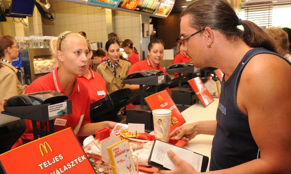 Gyõr, 2009. augusztus 28. Vendégek a McDonald's Magyarországi Étterem Hálózat Kft. századik, újonnan átadott éttermében Gyõrött. A mintegy 700 millió forintos beruházás során a városból Pápa felé kivezetõ fõút mentén megvalósult étterem 60 dolgozónak biztosít munkalehetõséget; a naponta várható vendégek becsült száma 2-3000 fõ. MTI Fotó: Gyõri Károly