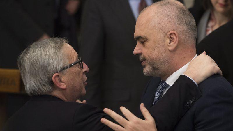 Szófia, 2018. március 1. Jean-Claude Juncker, az Európai Bizottság elnöke (b) és Edi Rama albán miniszterelnök egy sajtóértekezleten Szófiában, ahol Juncker az EU-tagjelölt nyugat-balkáni országok vezetõivel találkozott 2018. március 1-jén. (MTI/EPA/Vaszil Donev)