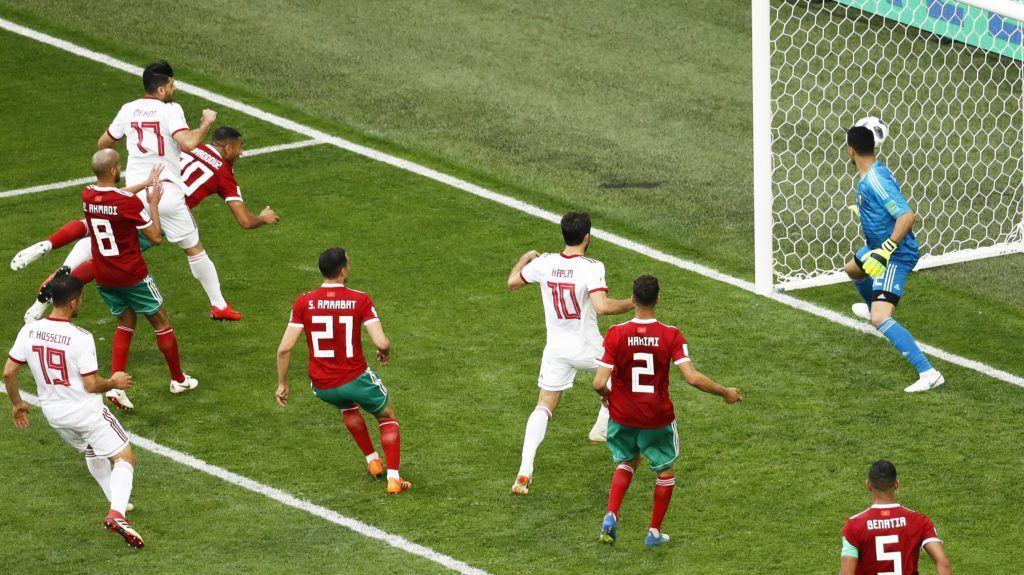 Szentpétervár, 2018. június 15. A marokkói Aziz Bouhaddouz (b, részben takarva) öngólt fejel az oroszországi labdarúgó-világbajnokság B csoportjának elsõ fordulójában játszott Marokkó – Irán mérkõzésen Szentpéterváron 2018. június 15-én. (MTI/EPA/Etienne Laurent)