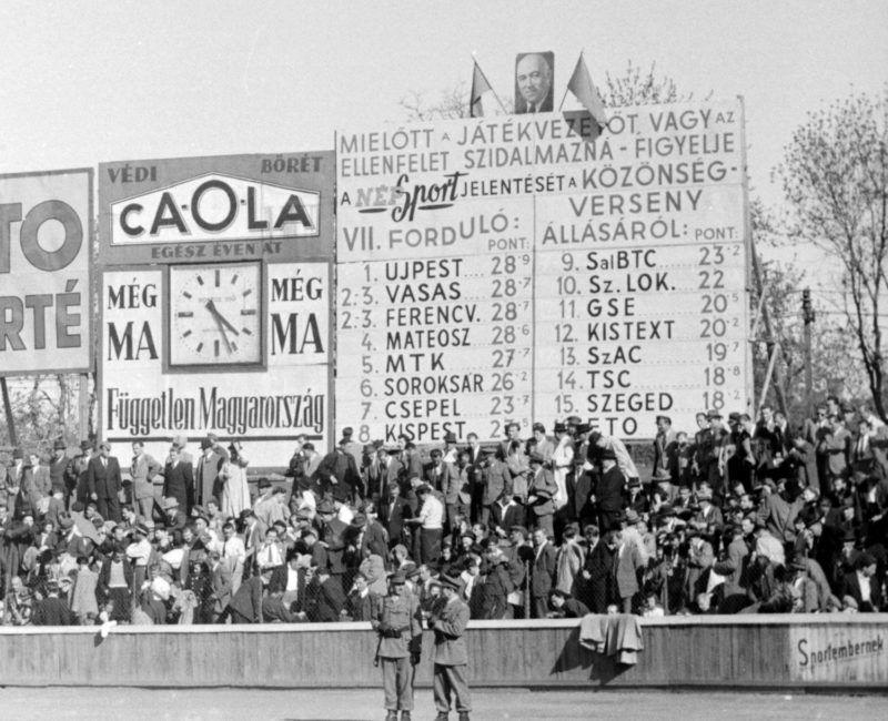 Üllői út, FTC pálya, közönségverseny táblája a Springer szobor felőli kapu mögött.1949Fotó: Kovács Márton Ernő / Fortepan