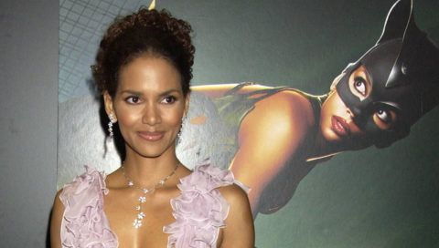 """LONDON -  AUGUST 3:  (EMBARGOED FOR PUBLICATION IN UK TABLOID NEWSPAPERS UNTIL 48 HOURS AFTER CREATE DATE AND TIME)  Halle Berry arrives at the European premiere of """"Catwoman"""" at Vue Leicester Square on August 3, 2004 in London.  (Photo by Dave Benett/Getty Images)"""
