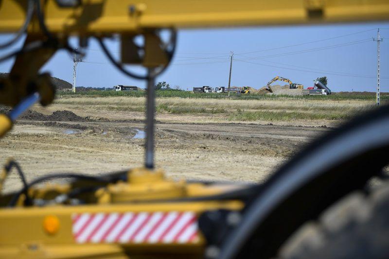 Berettyóújfalu, 2017. július 11. Munkagépek dolgoznak az M4 autópálya Berettyóújfalu és a nagykereki országhatár közötti szakaszának építésén Berettyóújfalunál 2017. július 11-én, az ünnepélyes alapkőletétel napján. MTI Fotó: Czeglédi Zsolt