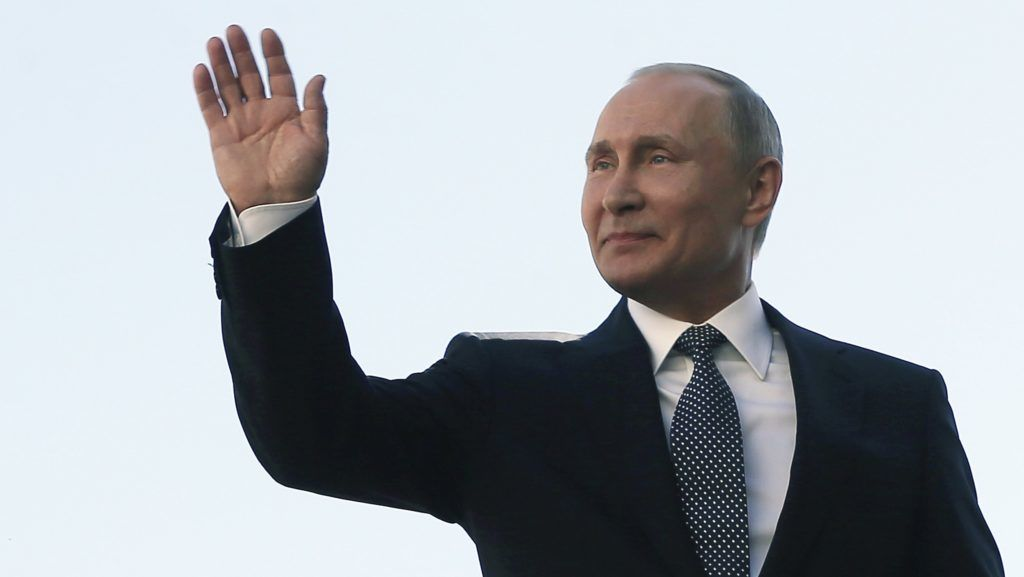 Moszkva, 2018. május 7. Vlagyimir Putyin újraválasztott orosz elnök az elnöki ezred katonáinak integet a beiktatási ünnepségén a moszkvai Kremlben 2018. május 7-én. A negyedik államfõi mandátumát kezdõ Putyin a szavazatok 77 százalékának elnyerésével gyõzött a márciusi elnökválasztáson. (MTI/AP/Szputnyik/Elnöki sajtószolgálat/Jekatyerina Stukina)