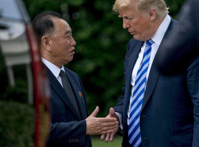 Washington, 2018. június 2.Donald Trump amerikai elnök (j) elbúcsúzik Kim Jong Csoltól, az észak-koreai állampárt alelnökétől, Kim Dzsong Un elsőszámú észak-koreai vezető egyik legközelebbi munkatársától a washingtoni Fehér Ház Ovális irodájában folytatott megbeszélésük után, 2018. június 1-jén. (MTI/AP/Andrew Harnik)