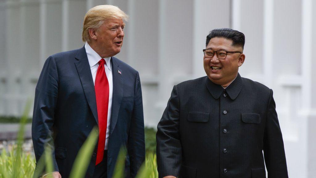 Szingapúr, 2018. június 12. Kim Dzsong Un észak-koreai vezetõ (j) és Donald Trump amerikai elnök a szingapúri Sentosa szigeten fekvõ Capella Hotelben tartott csúcstalálkozójukon 2018. június 12-én. A történelmi jelentõségû összejövetel során elõször ül tárgyalóasztalhoz hivatalban lévõ amerikai elnök az észak-koreai vezetõvel. (MTI/AP/Evan Vucci)