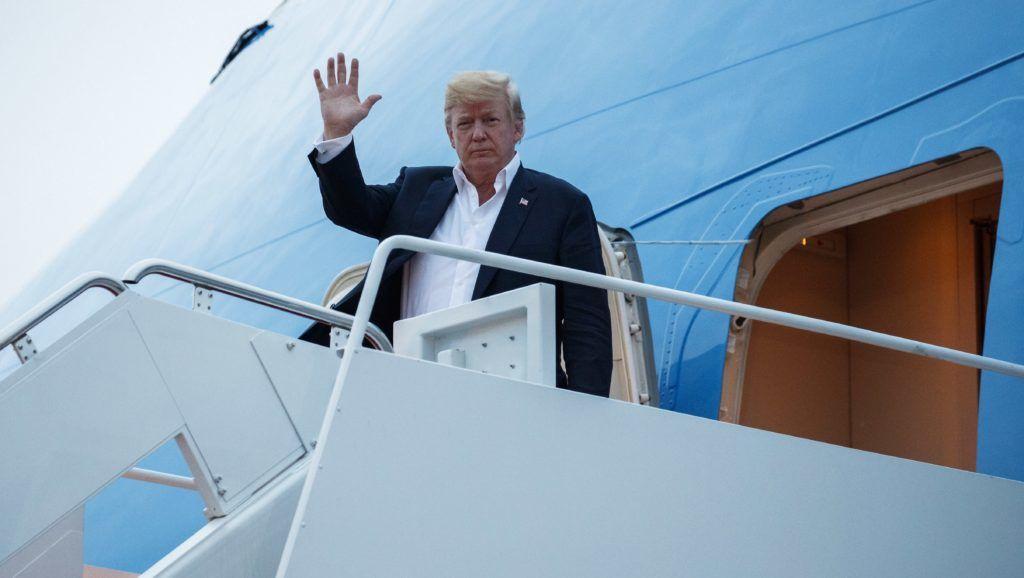 Andrews légitámaszpont, 2018. június 13. Donald Trump érkezik az Andrews légitámaszpontra 2018. június 13-án, egy nappal a Kim Dzsong Un észak-koreai vezetõvel folytatott szingapúri csúcstalálkozó után. A történelmi jelentõségû összejövetel során elõször ült tárgyalóasztalhoz hivatalban lévõ amerikai elnök az észak-koreai vezetõvel. (MTI/AP/Evan Vucci)