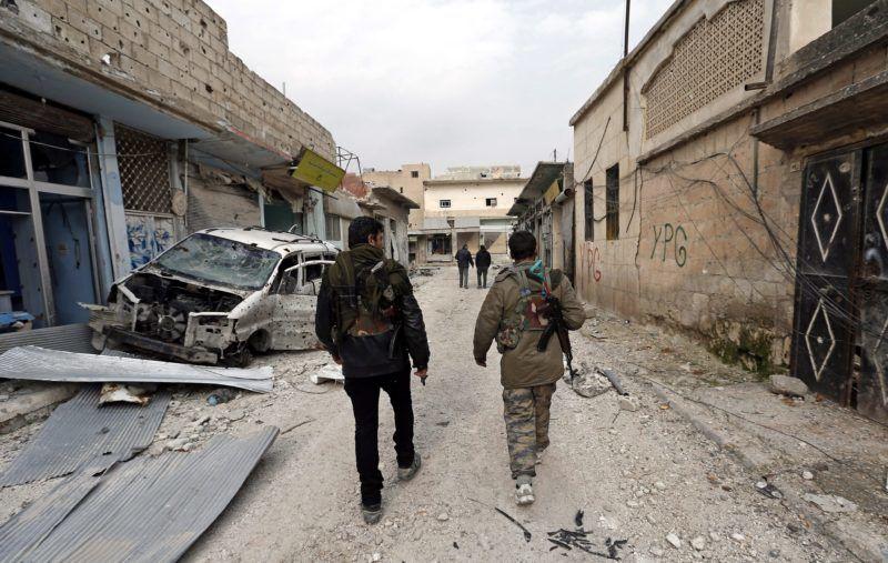Kobani, 2015. január 28. A Népvédelmi Egységek (YPG) helyi kurd milícia katonái egy romos utcán 2015. január 28-án, két nappal az után, hogy a kurd harcosok teljesen kiûzték az Iszlám Állam (IÁ) nevû terrorszervezet fegyvereseit a török-szíriai határvárost több mint négy hónapja ostromló Kobaniból. (MTI/EPA/Sedat Suna)