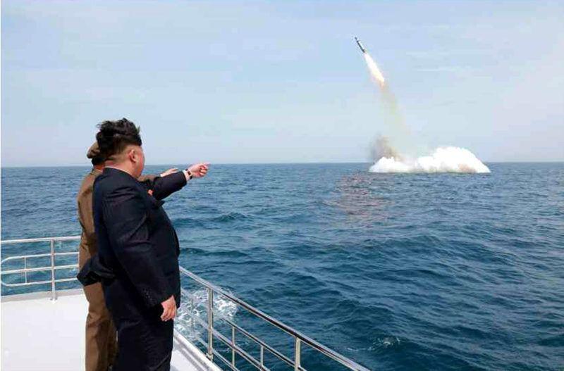 Szinpo, 2015. május 9.A KCNA észak-koreai hírügynökség által közreadott képen Kim Dzsong Un első számú észak-koreai vezető, a Koreai Munkapárt első titkára (j) egy új fejlesztésű, tengeralattjáróról indítható ballisztikus rakéta tesztelésén vesz részt Szinpo partjainál 2015. május 9-én. (MTI/EPA/KCNA)