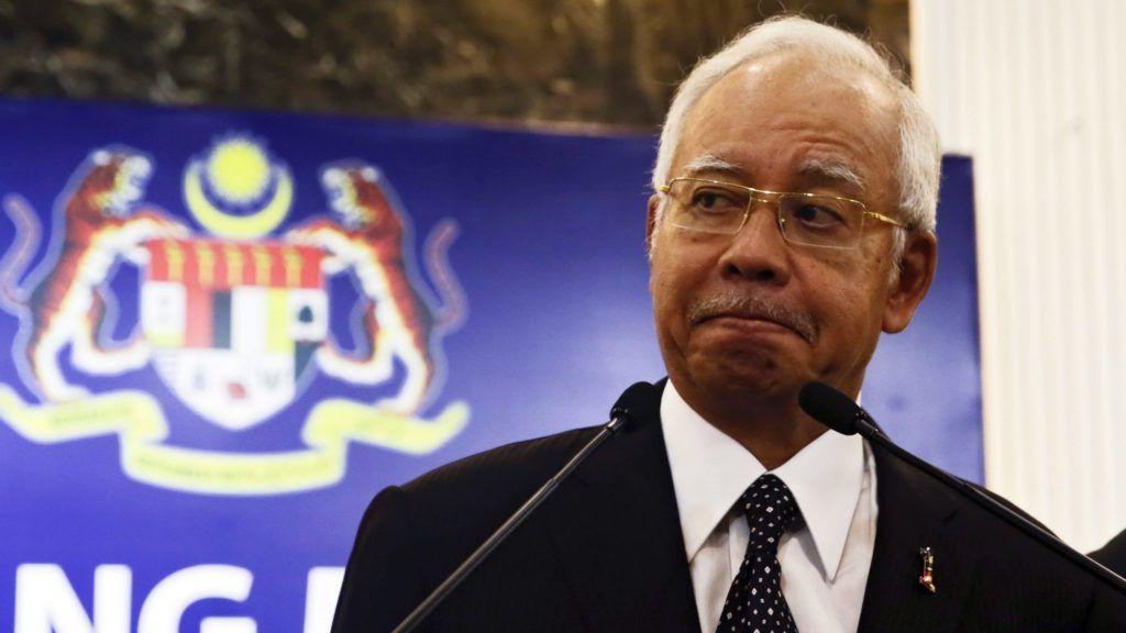 Kuala Lumpur, 2015. augusztus 5. Najib Razak malajziai miniszterelnök sajtóértekezletet tart Kuala Lumpurban 2015. augusztus 6-án. Itt bejelentette, hogy a Franciaországhoz tartozó Réunion szigetén talált roncsdarab a 2014. március 8-án eltûnt malajziai utasszállító repülõgéphez tartozott.  (MTI/EPA/Fazry Ismail)