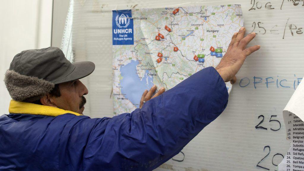 Gevgelija, 2016. január 6. Egy menedékkérõ férfi az ENSZ Menekültügyi Fõbiztossága (UNHCR) által kiadott térképet tanulmányozza, mialatt engedélyre vár, hogy felszállhasson egy Szerbiába tartó vonatra egy menekültek számára létesített regisztrációs és tranzitközpontban a görög-macedón határ mellett fekvõ dél-macedóniai Gevgelija közelében 2016. január 6-án. (MTI/EPA/Georgi Licovszki)