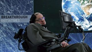 New York, 2016. április 12. Stephen Hawking brit elméleti fizikus, csillagász a Jurij Milner orosz milliárdossal közös tudományos kezdeményezésüket, a Breakthrough Starshot-ot népszerûsítõ sajtótájékoztatón a New York-i One World Trade Centerben 2016. április 12-én. Milner 100 millió dollárt ajánlott fel arra, hogy civilizált életformát leljenek fel az univerzumban, a fizikusnak tanult orosz milliárdos a feladathoz maga választott ki tudósokat, az egyikük Hawking. (MTI/EPA/Jason Szenes)