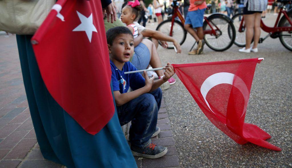 Washington, 2016. július 16. A török puccskísérlet ellen tüntetõk török zászlókkal a washingtoni Fehér Ház közelében 2016. július 15-én. A török hadsereg egy része július 15-én este megkísérelte átvenni a hatalmat, és összecsapásokat folytatott a rendõrséggel Ankarában és Isztambulban. A hajnali órákban a kormányfõ bejelentette, hogy visszaverték a puccskísérletet. A hadsereg 2839 tagját - köztük közkatonákat és magas rangú tiszteket - vettek õrizetbe. Az összecsapásokban a puccsista áldozatokat nem számítva 161 ember vesztette életét, 1440 megsebesült. Legkevesebb 104 puccsista halt meg a harcokban, a török kormányfõ ezt nem erõsítette meg.  (MTI/EPA/Shawn Thex)