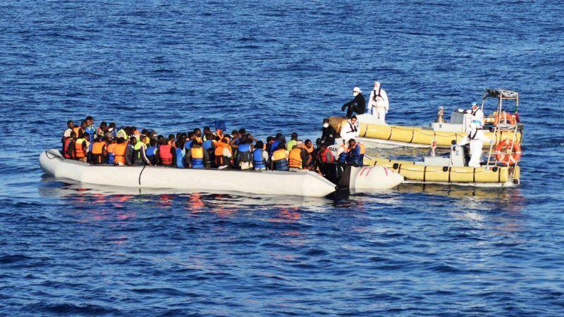 Líbia, 2016. augusztus 30. Az olasz haditengerészet által közreadott képen migránsokat mentenek ki a Földközi-tengerbõl a líbiai partok közelében 2016. augusztus 29-én. Egy nap alatt mintegy 6500, Líbiából Európába tartó és a Földközi-tengeren bajba került embert mentett meg az olasz parti õrség összesen negyven mentõakcióban az EU határvédelmi ügynöksége, a Frontex, valamint különféle humanitárius szervezetek közremûködésével. (MTI/EPA/Olasz haditengerészet)