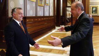 Ankara, 2017. június 30. A török elnöki hivatal sajtóirodája által közreadott képen Recep Tayyip Erdogan török államfõ (j) üdvözli Orbán Viktor miniszterelnököt Ankarában 2017. június 30-án. (MTI/EPA/A török elnöki hivatal sajtóirodája)