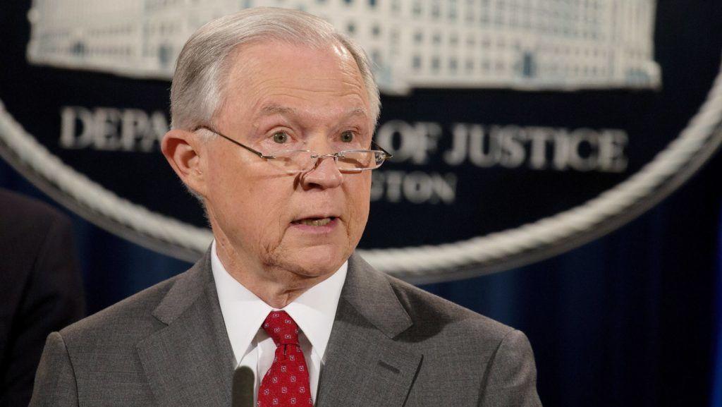 Washington, 2017. augusztus 4. Jeff Sessions amerikai igazságügyi miniszter a washingtoni hivatalában 2017. augusztus 4-én tartott sajtótájékoztatón bejelenti, hogy vádat emeltek négy személy ellen a Fehér Házból történt, a nemzetbiztonságot fenyegetõ kiszivárogtatások ügyében. (MTI/EPA/Tasos Katopodis)