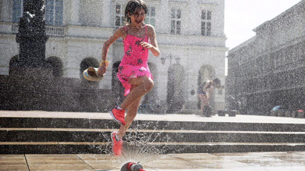 Varsó, 2017. augusztus 9. Locsolócsõ vizével hûsíti magát egy kislány Varsóban, ahol 30 Celsius-fokot meghaladó hõség tombol 2017. augusztus 9-én. (MTI/EPA/Tomasz Gzell)