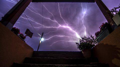 Bardovci, 2017. szeptember 11. Villám hasít át az égbolton egy felhõszakadás kezdetén a macedón fõváros, Szkopje közelében fekvõ Bardovci faluból fotózva 2017. szeptember 11-én este. (MTI/EPA/Georgi Licovszki)