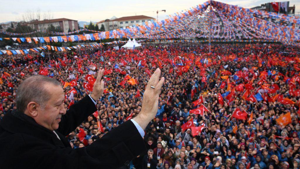 Bursa, 2018. január 21. A török elnöki sajtóhivatal által közreadott képen Recep Tayyip Erdogan török államfõ integet a támogatóinak a kormányzó Igazság és Fejlõdés Párt (AKP) rendezvényén Bursa északnyugati városban 2018. január 21-én. Az elõzõ napon Törökország Olajág fedõnéven szárazföldi hadmûveletet indított a Népvédelmi Egységek (YPG) nevû kurd milícia ellenõrizte északnyugat-szíriai Afrín térségében. (MTI/EPA/Török elnöki sajtóhivatal)