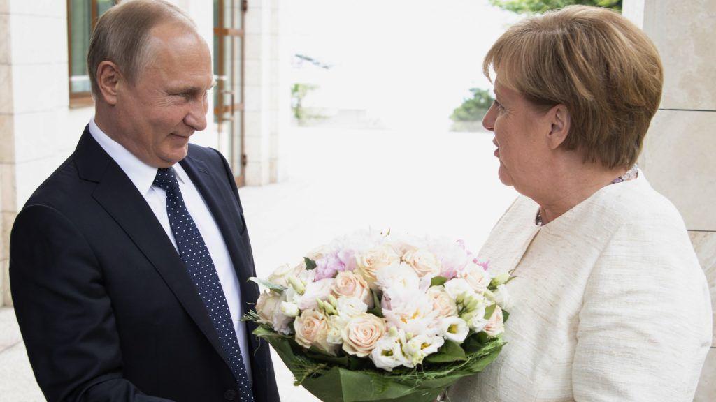 Szocsi, 2018. május 18. A német kormány sajtóhivatala által közreadott képen Vlagyimir Putyin orosz elnök virágcsokrot nyújt át Angela Merkel német kancellárnak nyári rezidenciáján, a szocsi Bocsarov Rucsejben 2018. május 18-án. (MTI/EPA/ A német kormány sajtóhivatala/Guido Bergmann)