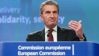 Brüsszel, 2018. május 23. Günther Oettinger, az Európai Bizottság uniós költségvetésért és emberi erõforrásokért felelõs tagja az Európai Unió 2019-es költségvetési tervezetérõl tartott brüsszeli sajtóértekezleten 2018. május 23-án. (MTI/EPA/Stephanie Lecocq)