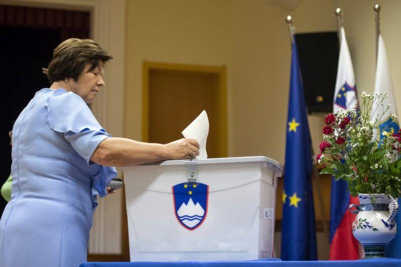 Kamnik, 2018. június 3. Egy nõ szavaz a szlovén elõrehozott parlamenti választásokon Kamnikban 2018. június 3-án. (MTI/EPA/Christian Bruna)