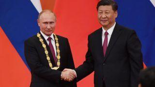 Peking, 2018. június 8. Hszi Csin-ping kínai elnök (b) kezet fog Vlagyimir Putyin orosz elnökkel, miután Barátság Érdeméremmel tüntette ki a pekingi Nagy Népi Csarnokban 2018. június 8-án. Az orosz államfõ részt vesz a Sanghaji Együttmûködési Szervezet (SESZ) tagországai államfõi tanácsának másnap kezdõdõ, kétnapos ülésén, Csingtaóban. (MTI/EPApool/Greg Baker)