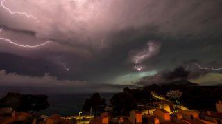 Andratx, 2018. június 11.Villámok cikáznak az égbolton a Baleár-szigeteken fekvő Andratx felett 2018. június 11-én. (MTI/EPA/Cati Cladera)