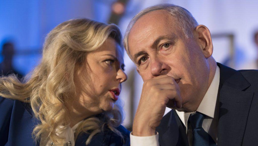 Jeruzsálem, 2018. június 21. 2017. május 21-én Jeruzsálemben készített kép Benjámin Netanjahu izraeli miniszterelnökrõl és a feleségérõl, Szára Netanjahuról. Szára Netanjahu ellen az ügyészség vádat emelt csalás miatt 2018. június 21-én. (MTI/EPA/Abir Szultan)