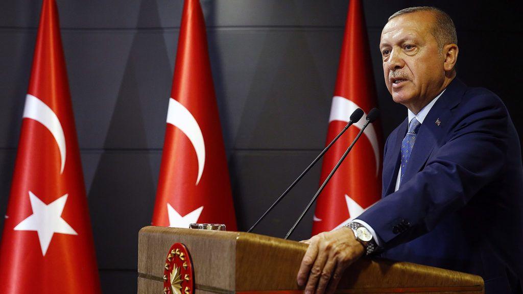 Isztambul, 2018. június 24.A török elnöki hivatal sajtóirodája által közreadott képen Recep Tayyip Erdogan török államfőről, a kormányzó Igazság és Fejlődés Pártja (AKP) elnökéről televíziós beszéde közben az isztambuli elnöki hivatalban 2018. június 24-én, a törökországi előrehozott elnök- és parlamenti választások napján. A nem hivatalos eredmények alapján Erdogan bejelentette győzelmét. (MTI/EPA/Török elnöki hivatal sajtóirodája)