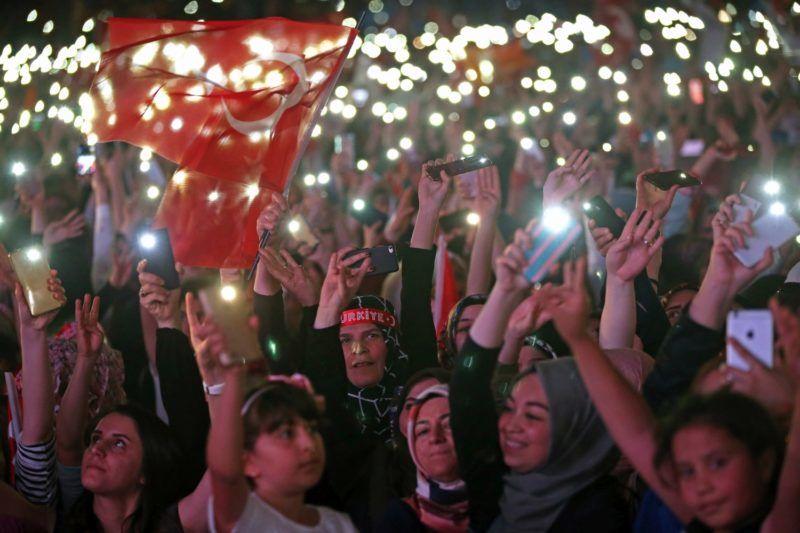 Ankara, 2018. június 25. Recep Tayyip Erdogan török államfõ támogatói ünnepelnek Ankarában 2018. június 24-én, a törökországi elõrehozott elnök- és parlamenti választások estéjén. A hivatalban lévõ államfõ a voksok 52,4 százalékát megszerezve gyõzött az elnökválasztáson, és pártja, a kormányzó Igazság és Fejlõdés Pártja (AKP) is az elsõ helyen végzett. (MTI/EPA/Erdem Sahin)