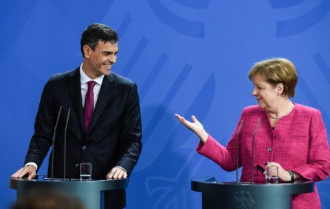 Berlin, 2018. június 26. Angela Merkel német kancellár (j) és Pedro Sánchez spanyol miniszterelnök sajtóértekezletet tart a berlini kancellári hivatalban 2018. június 26-án. (MTI/EPA/Filip Singer)