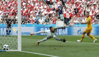 Szocsi, 2018. június 26. Mathew Ryan ausztrál kapus nem tudja kivédeni a perui André Carrillo lövését az Ausztrália – Peru mérkõzésen, az oroszországi labdarúgó-világbajnokság C csoportjának harmadik fordulójában a szocsi Fist Stadionban 2018. június 26-án. (MTI/EPA/Ronald Wittek)