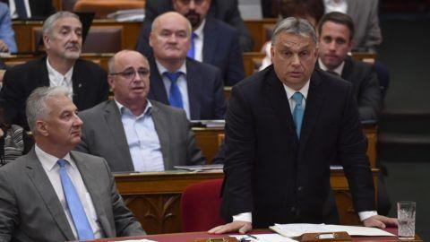 Budapest, 2018. június 25. Orbán Viktor miniszterelnök (j) azonnali kérdésre válaszol az Országgyûlés plenáris ülésén 2018. június 25-én. Balról Semjén Zsolt nemzetpolitikáért felelõs miniszterelnök-helyettes. MTI Fotó: Illyés Tibor