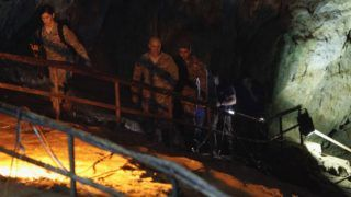 Maeszai, 2018. június 28. Amerikai katonai kutató-mentõk a thaiföldi Csiangraj tartománybeli Maeszainál levõ Tham Luang barlangban, ahol egy edzõjével együtt eltûnt ifjúsági labdarúgócsapat tizenkét játékosát keresik 2018. június 28-án. A tizenhárom embert a megemelkedõ víz zárja el ötödik napja a külvilágtól. (MTI/EPA/Pongmanat Tasziri)