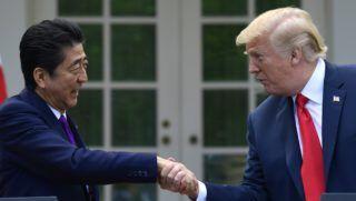 Washington, 2018. június 7. Donald Trump amerikai elnök (j) és Abe Sindzó japán miniszterelnök kezet fog a washingtoni Fehér Ház Rózsakertjében tartot sajtótájékoztatójuk végén 2018. június 7-én. (MTI/AP/Susan Walsh)