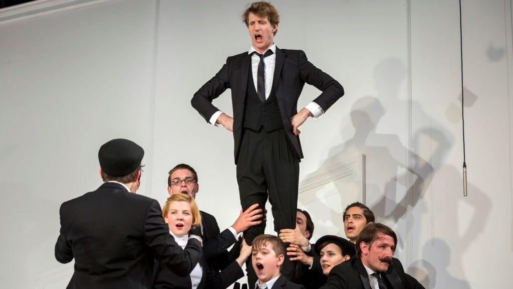 A Kinek az ég alatt már senkije sincsen című színdarab bemutatója a Pesti Színházban
