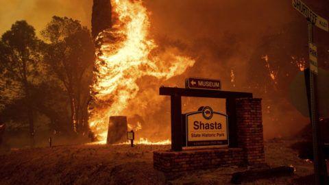 Shasta, 2018. július 27.Lángoló növényzetet egy szabadtéri néprajzi múzeumban, a kaliforniai erdőtüzek sújtotta Shastában 2018. július 26-án. A két hete pusztító tűz a San Franciscótól 300 kilométerre, keletre fekvő El Portal település térségében, a Sierra Nevada hegységben ütötte fel a fejét. Az oltást a száraz, meleg idő nehezíti. (MTI/AP/Noah Berger)