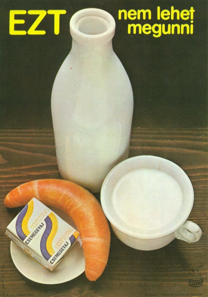 FőnÈzet - Extra csemege vajat rekl·mozÛ villamosplak·t. A kÈpen egy t·nyÈron kifli Ès vaj l·thatÛ, mellette egy tejes¸veg Ès egy bˆgre tej.