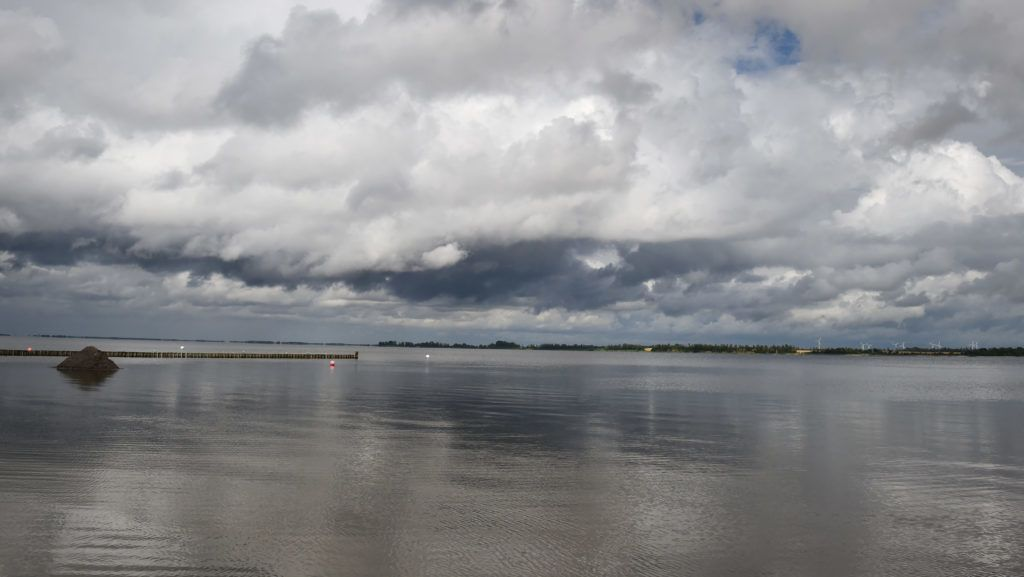 21.06.2018, Mecklenburg-Vorpommern, Stralsund: Dark clouds are moving in the sky in Strandbad in the district of Vorpommern-Rugen. Photo: Stefan Sauer / dpa central image / dpa | usage worldwide