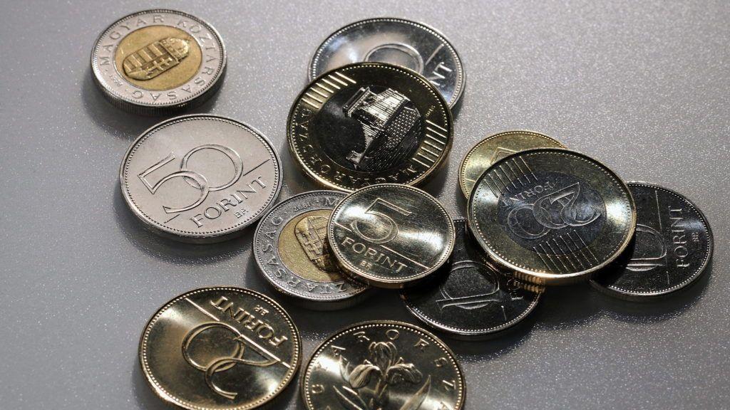 Debrecen, 2016. január 4. Különbözõ címletû magyar pénzérmék. Magyarország ma is hivatalos fizetõeszközét, a forintot, 70 évvel ezelõtt, 1946. augusztus elsején vezették be. A pengõt felváltó új pénz nevét I. Károly történelmi aranyforintjáról kapta. MTVA/Bizományosi: Oláh Tibor  *************************** Kedves Felhasználó! Ez a fotó nem a Duna Médiaszolgáltató Zrt./MTI által készített és kiadott fényképfelvétel, így harmadik személy által támasztott bárminemû – különösen szerzõi jogi, szomszédos jogi és személyiségi jogi – igényért a fotó készítõje közvetlenül maga áll helyt, az MTVA felelõssége e körben kizárt.