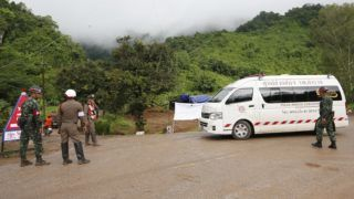 Maeszai, 2018. július 9. Thaiföldi rendõrök és katonák biztosítják a Tham Luang-barlang bejáratához vezetõ utat 2018. július 9-én, amikor a június 23-án edzõjével a barlangban eltûnt ifjúsági labdarúgócsapat kimentésének folytatására készülnek az észak-thaiföldi Csiangraj tartományban fekvõ Maeszaiban. A barlangba betört víz által a külvilágtól elzárt csapat tagjai közül az elõzõ nap négyet már sikerült felszínre hozni. (MTI/EPA/Rungrodzs Jongrit)