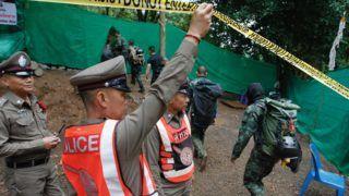 Csiangraj, 2018. július 8. Thaiföldi rendõrök a Tham Luang barlangban rekedt tizenkét diák és edzõjük kimentésére létesített táborban, észak-thaiföldi Csiangraj tartományban fekvõ Maeszaiban 2018. július 8-án. A mentõegységek július 2-án élve találták a június 23-án eltûnt csoportot az esõvíz miatt járhatatlanná vált barlangban. (MTI/EPA/Pongmanat Tasziri)