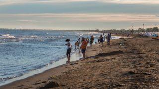 Bibione, 2017. július 24. Turisták sétálnak az olaszországi Bibione melletti Adriai tengerparton. A térség közkedvelt nyaralóhely a magyar turisták körében, elsõsorban közelsége és kellemes mediterrán éghajlata miatt.  MTVA/Bizományosi: Faludi Imre  *************************** Kedves Felhasználó! Ez a fotó nem a Duna Médiaszolgáltató Zrt./MTI által készített és kiadott fényképfelvétel, így harmadik személy által támasztott bárminemû – különösen szerzõi jogi, szomszédos jogi és személyiségi jogi – igényért a fotó készítõje közvetlenül maga áll helyt, az MTVA felelõssége e körben kizárt.