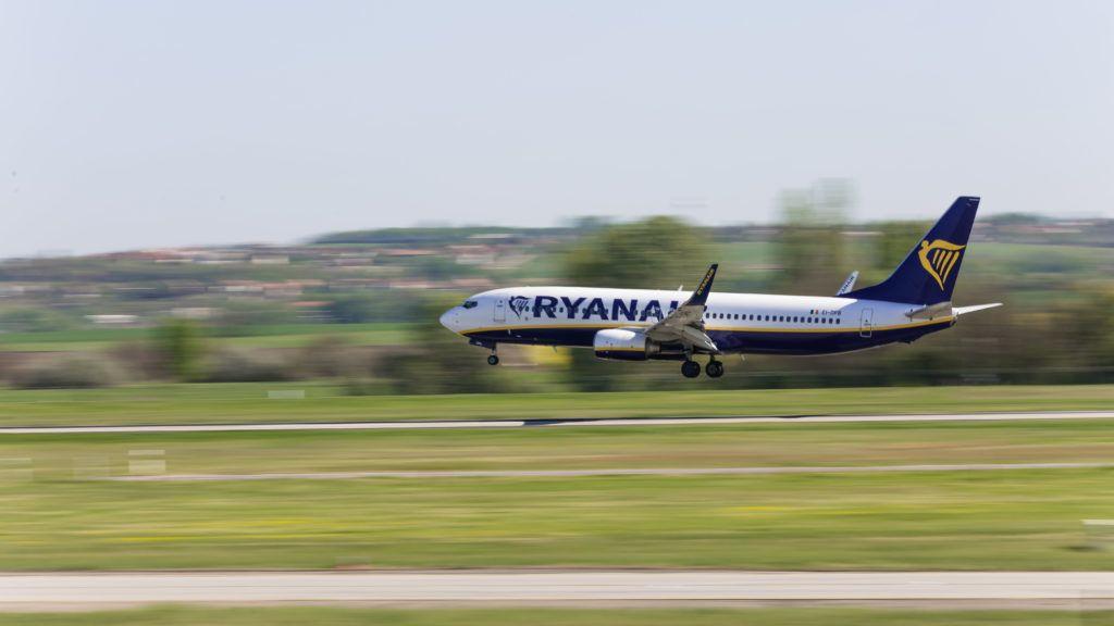 Budapest, 2018. április 21. A Ryanair légitársaság Nápolyból érkezõ, Boeing 737 típusú repülõgépe landol a Budapest Liszt Ferenc Nemzetközi Repülõtéren. MTVA/Bizományosi: Faludi Imre  *************************** Kedves Felhasználó! Ez a fotó nem a Duna Médiaszolgáltató Zrt./MTI által készített és kiadott fényképfelvétel, így harmadik személy által támasztott bárminemû – különösen szerzõi jogi, szomszédos jogi és személyiségi jogi – igényért a fotó készítõje közvetlenül maga áll helyt, az MTVA felelõssége e körben kizárt.